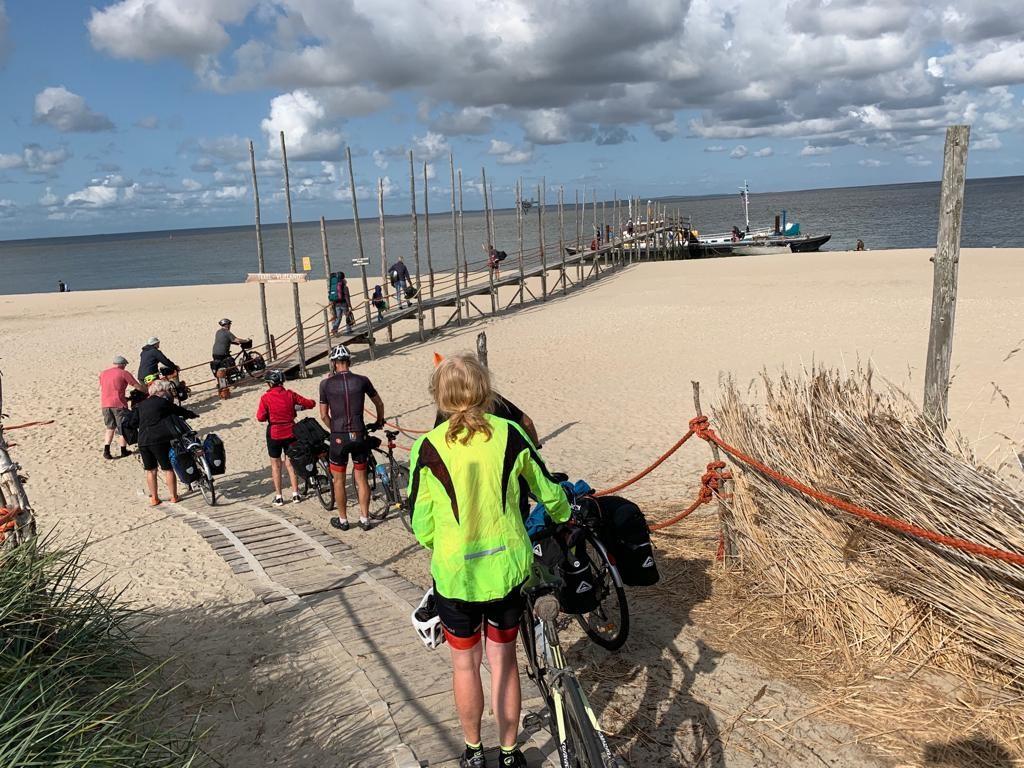 Fietsers op de steiger richting het waddenveer tussen Texel en Vlieland